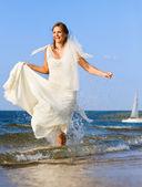 Sposa ride in esecuzione sul mare — Foto Stock