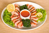 Shrimps with lemon, sauce and lettuce — Stock Photo