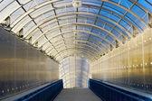Long tunnel avec plafond de verre — Photo