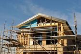 Huis voorzijde in de steigers — Stockfoto