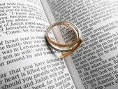 Ring auf die bibel — Stockfoto