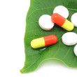 Medicine pills on the green leaf - Foto Stock