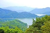 Een rivier uitgevoerd door bergen — Stockfoto