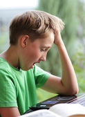 Chico aburrido con la tarea — Foto de Stock