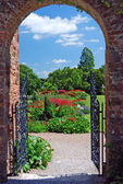 Summer Garden through archway — Stock Photo