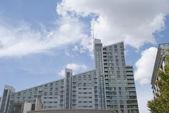 Bloque de apartamentos gris — Foto de Stock