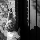 A little boy ringing a doorbell — Stock Photo
