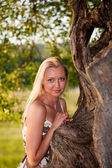 Young woman's portrait by the tree — Stock fotografie
