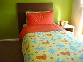 Jasna sypialnia wesoły zielony i pomarańczowy — Zdjęcie stockowe