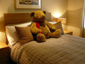 Bedroom with teddy bear — Stockfoto