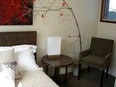 现代卧室巧克力棕色色调 — 图库照片