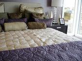 Modern glamorous purple bedroom — Stock Photo