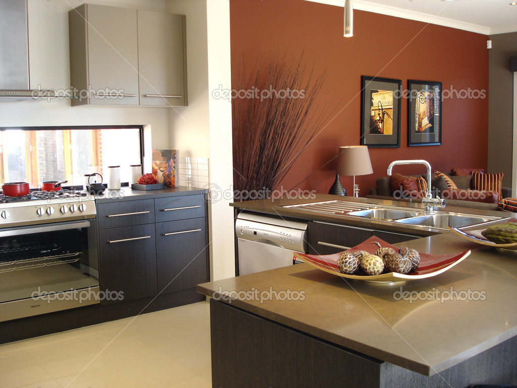 Tons chauds moderne cuisine ouverte salon — Photographie scarfe ...