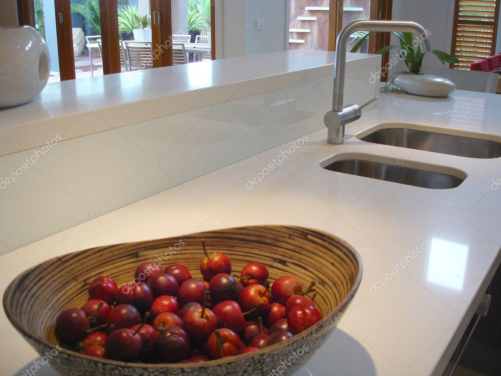 Modernt kök med vita glänsande benchtops — stockfotografi © scarfe ...
