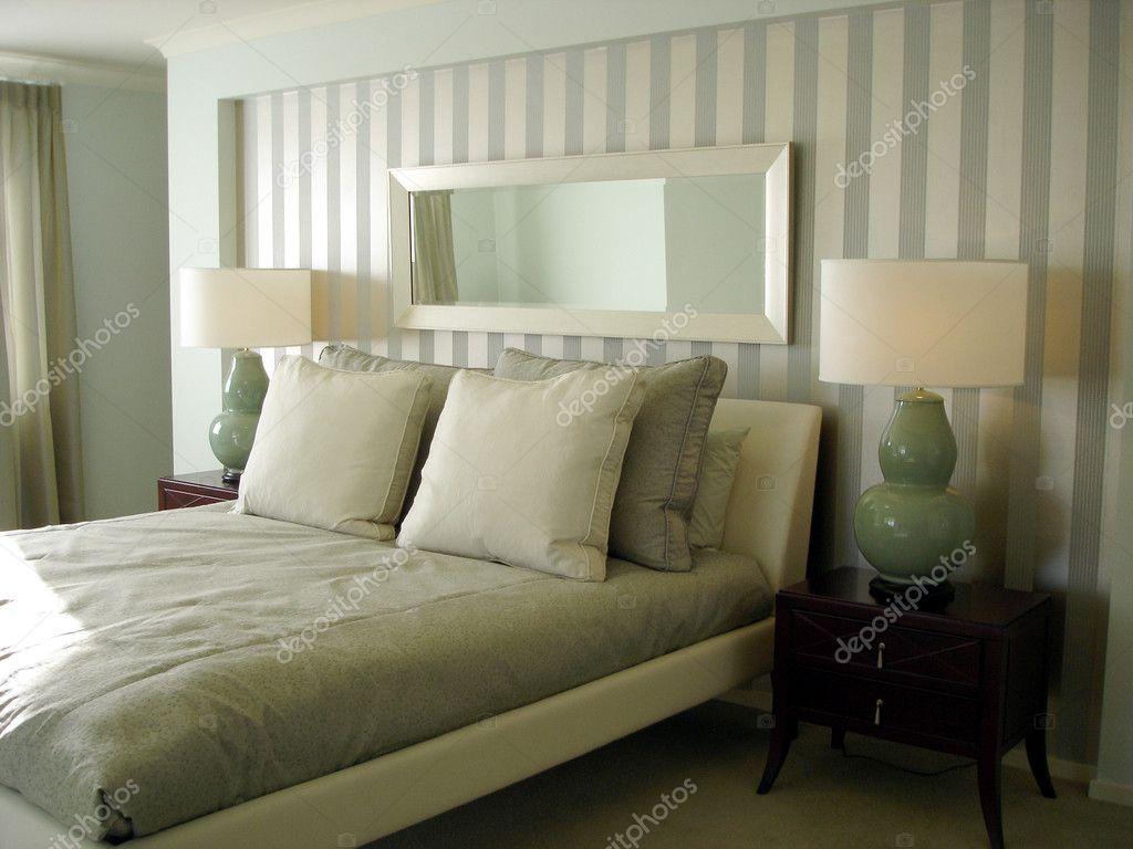 Verdi lussuosa camera da letto moderna con carta da parati — Foto ...