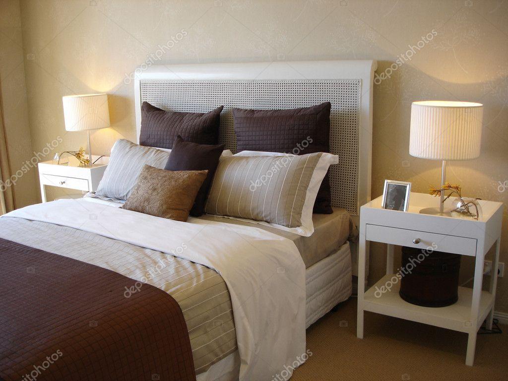 Moderne slaapkamer chocolade bruine tinten — stockfoto © scarfe ...