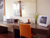 与橙色椅子时尚家庭办公室 — 图库照片