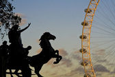 Monument of a horse-laiden cart next to the London Eye — Stock Photo