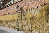 Straße Laterne gegen alte Wand — Stockfoto