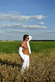 Bodybuilder dressed in white on the field — Zdjęcie stockowe