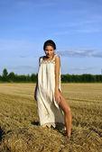 Garota de pé uma roupa rural o palheiro — Foto Stock