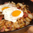 Corned beef hash and egg breakfast - Zdjcie stockowe