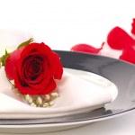 rose rouge sur une plaque de dniner — Photo