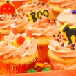 Halloween cupcakes on a serving tray — 图库照片