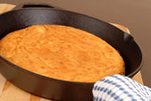 Cornbread made in a cast iron skillet — Stock Photo