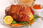 Easter honey glazed ham with carrots — Stock Photo
