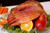 Honey glazed Easter ham with fruit and carrots — Stock Photo