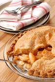 Whole deep dish apple pie with a flaky crust — 图库照片