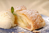 Slicke of apple strudel with vanilla ice cream — Stock Photo