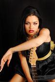 ギターを持つラテン系アメリカ人女性 — ストック写真