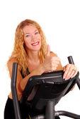привлекательная женщина на велотренажер — Стоковое фото