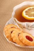 Raspberry thumbprint cookies with tea — Stock Photo