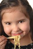 Dziewczynka jedzenie makaron zupy — Zdjęcie stockowe