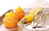 Decorating cupcakes — Stock Photo