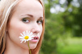 Portrait of a girl with chamomile — Stock Photo