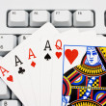 Playing poker online — Stock Photo