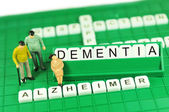 Demência ou alzheimer apoio conceito abstrato com palavras-chave e em miniatura — Fotografia Stock
