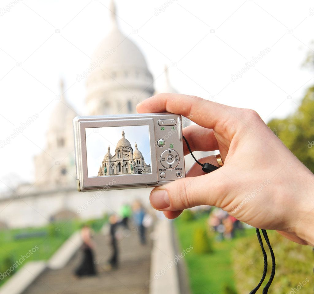 Tourist taking pictures of Sacre Coeur basilica in Paris — Stock Photo #6639746