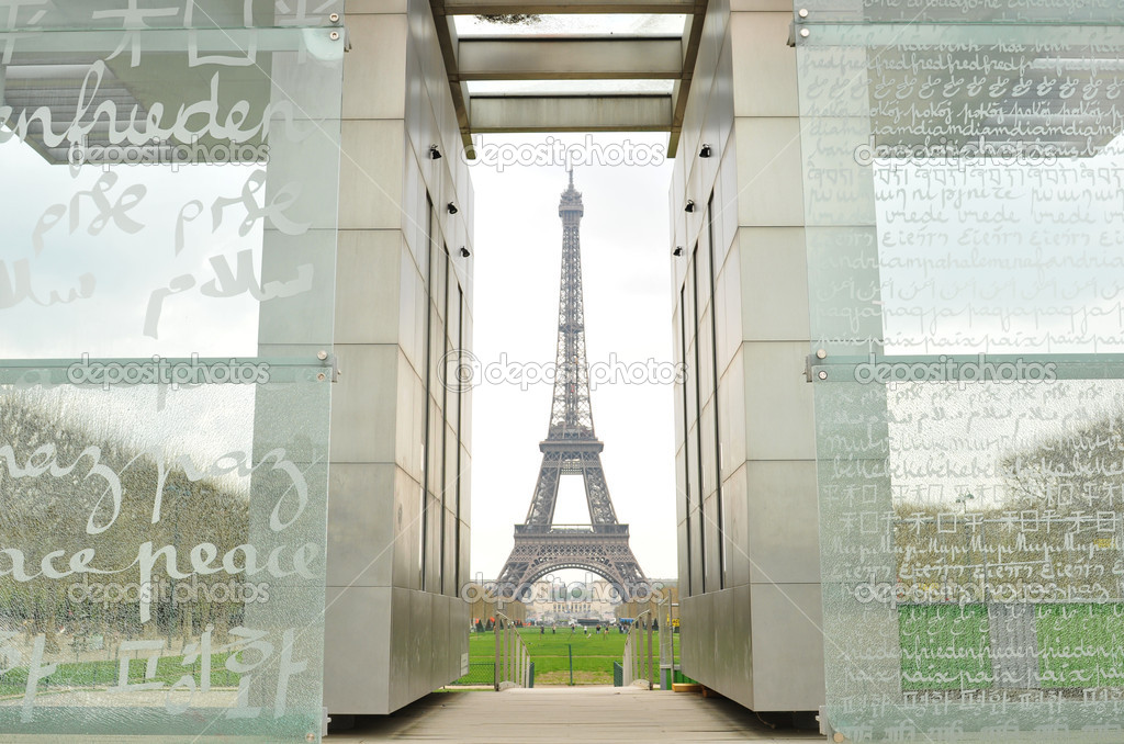 Peace Monument and Eiffel Tower in Paris, France — Stock Photo #6639759