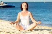 Mladá krásná žena během jógy — Stock fotografie