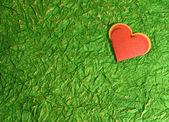 Rött hjärta på gröna — Stockfoto
