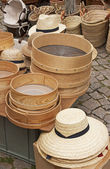 Straw hats and baskets — Stock Photo