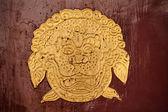 Zlatý drak symbolem červené dveře letní palác beijing čína — Stock fotografie
