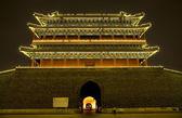 Qianmen zhengyang gate breed tiananmen vierkant beijing china nacht — Stockfoto