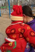 中国妈妈和宝宝快乐红色外套 — 图库照片