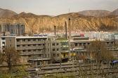 Chińskie fabryki z kominów apartamenty prowincji gansu, qinghai — Zdjęcie stockowe